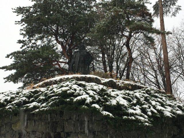上杉謙信公銅像 ちょうど松の木が傘替りになっているようにも見えます。